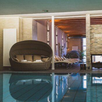 Boutiqe Hotel Badehof Pool mit Sitzgelegenheit